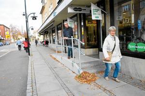 Snyggt och bra. Joakim Lindqvist är glad över att entréerna till butiker längs Kristinavägen blivit tillgängliga sedan ramperna byggdes. På ena sidan är det trappsteg, på den andra en slät ramp. Även stadsarkitekten gillar lösningen som fastighetsägaren MA Byggnads AB   har ordnat.
