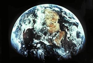 För några månader sedan fick vi vårt första barnbarnsbarn. När den lilla killen är lika gammal, som vi är i dag, skriver vi år 2100. Men det kusliga är, att vi idag inte vet, om vår jord är beboelig år 2100, skriver Gunnel och Gösta Brydolf.