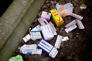 Bilden vi inte vill se. Hundratals färgglada tabletter och massor av medicinförpackningar låt kastade på marken vid återvinningsstationen i skuggan av Universitetsområdet i Örebro.