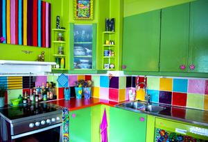 Köket har piffats upp med regnbågens alla färger.