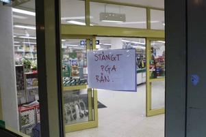 Rånförsök. Två unga män försökte råna Konsum Enen på Barrsätragatan i Sandviken i går kväll. Rånarna avbröts när kassörskan kallade på väktare.