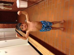 Alla gånger vi åker och bada samma plats vallombadet i Kolbäck står Gunnar där och sin muskel :)