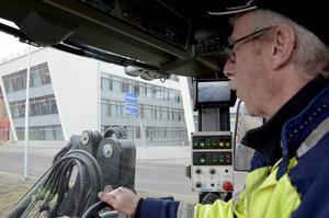 Lennart Sjöberg röjer på Sundsvalls gator.