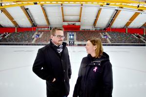Axels mamma Karin Hellmyrs har fått tycka till när SAIK:s klubbchef Lasse Andersson har planerat minnesmatchen och insamlingen.