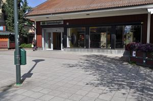 Utanför Systembolaget på Storgatan kan man ibland se tiggare. Foto: Arkiv.