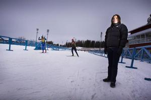 Liselotte Johansson berättar att den nya satsningen på en snöuppläggningsplats är för att allmänheten ska få bättre förutsättningar för att åka. Både tidigare och för att spåren inte ska stängas i flera dagar under tävlingar.