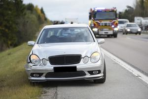Olycka på E4 vid Birsta orsakade trafikkaos med långa köer. Föraren av denna bil menar att han blev trängd av en annan bilist.