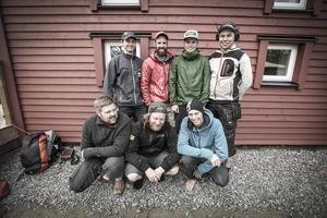 Markus Kempff, John Andersson, Fredrik Grip, Viktor Malmberg, Marcus Hyttmo, Viktor Backman och Olle Berglund är några av de hantverkare som varit med och byggt den nya stugan i Stensdalen.