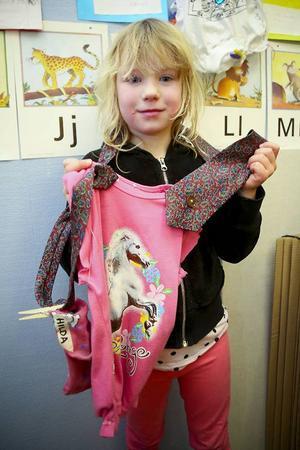 Hilda Jakobsson, 6 år, nybliven modedesigner visar upp sin väska hon gjort av en rosa tröja och en flerfärgad slips.