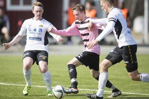 Björnaförsvararna Marcus Eriksson Ehlin och Håkan Holmgren försöker hålla undan Frösöns 2–0-målskytt Anton Hybrink i förlustmatchen 1–5 borta.