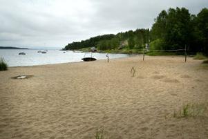 I slutet av juni och i början av juli var badvattnet i Slädaviken otjänligt. Sedan blåstes faran över men i går stängde miljökontoret badet igen.