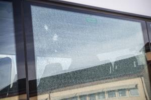 Med pikhammare förstördes två av bussens rutor.