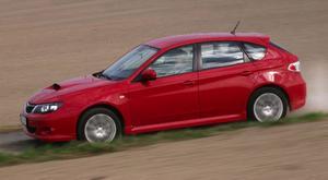 Uppvuxen på rallyvägar trivs Subaru Impreza också bäst på grus. Även med dieselmotor. På svensk grovkornig asfalt blir den lite väl bullrig. Foto: Rolf Gildenlöw