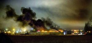 Svart, tjock rök vällde upp från den brandhärjade byggnaden onsdagen den 6 april.