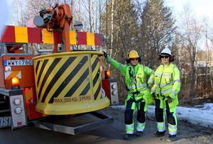 Jan Leffler och Barbro Olsson från företaget Ljusmontage byter ut de gamla glödlamporna mot ledlampor på alla Ånge kommuns lyktstolpar.