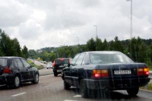 Vid krocken på E4-bron över Ljungan vid 14-tiden igår bildades långa bilköer. Under 30 minuter var bara det ena körfältet öppet för trafik på bron. I den täta semestertrafiken uppstod kilometerlånga köer åt båda håll.