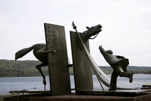 Socialdemokratiska potentater reser till Ådalsmonumentet i Lunde för att hålla sina pliktskyldiga tal. De stannar sällan kvar och ser sig om i kommunen.