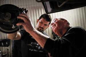 Alem Dizdarevic har haft stor hjälp av Kenneth Krantz under den tid han tagit över bilverkstaden.