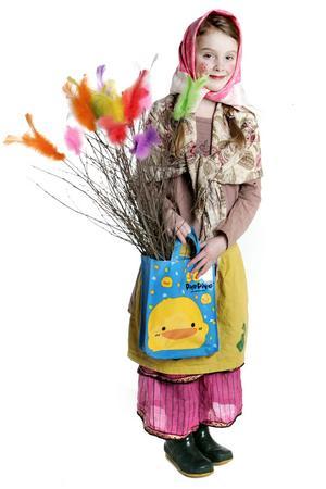 *På skärtorsdagen är det vanligt att barn klär ut sig till påskkärringar. Foto Jessica Gow/TT