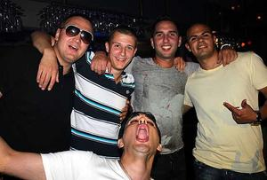 Blue Moon Bar. Scari, Zlatto, Damir, Mackelito och Quentez.