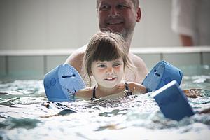 Även om några få barn simmade utan flytkuddar var det under onsdagen populärt att guppa fram med lite extra hjälp.