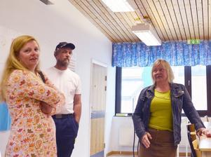 Kritiska. Föräldrarna Karin Stimose, Peter Andersson och Carina Fransson deltog i den rundvandring som arrangerades på Sjöängsskolan i tisdags. De ifrågasätter skolmiljön och önskar garantier för att eleverna inte ska fara illa.