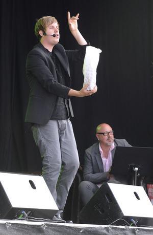 Jakob trollkarl gör champagnetricket.