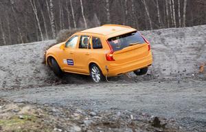 Tvärstopp in i en jordbank. Enligt Volvo är passagerarna oskadda efter den vådliga smällen.