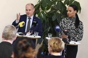 Morgan Johansson (S) och Alice Bah Kuhnke (MP) håller presskonferens om de blocköverskridande diskussionerna om att motverka nazism.
