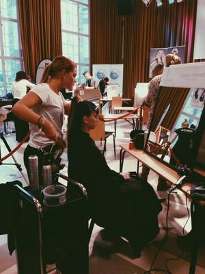 Linnéa Hessel putsar på frisyren under tävlingen. Domarna bedömde arbetet live under en och en halv timme.