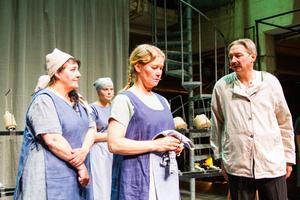 Spinnerskan Ingela Söderlund backar upp kollegan Anki Thorell när arbetsledaren Leif Bylars kräver mer fokus på arbetet i linnefabriken.