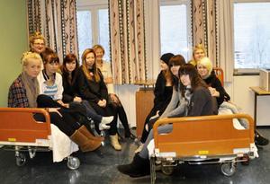 Detta är pionjärerna för kvalificerad vårdutbildning. Till vänster: Anna Persson, Frida Möllervärn, Hanna Lundholm, Maria Olofsson och biträdande rektor Heidi Sundelin. Bakom står klassens mentor Rigmor Hedenskog. Till höger: Patricia Johansson, Anneli Johansson, Jenny Karlsson, Caroline Johansson och Maja Hansson.