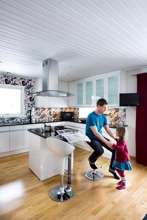 Thomas Tärnblom med dottern Wilma i köket.