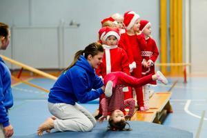 Gymnastikskolan har tränat att stå på händer. Här visar de hur man gör en bakåtkullerbytta.