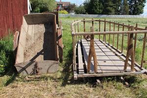 Under den gamla ladugården fanns det fler vagnar och en skrinda.