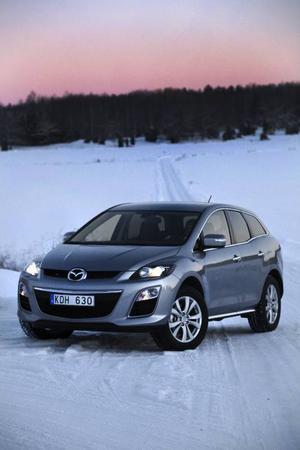 Mazda CX-7 i ny upplaga behåller sitt karaktäristiska formspråk men har fått lite nya designelement i fronten. Men det mest intressanta syns inte - en ny dieselmotor.Foto: Rolf Gildenlöw