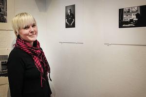 Emma Jonsson ställer ut sina bilder på Kent Torsell från Gärdeåsen.