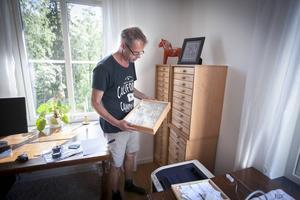 Ett rum i lägenheten är vigt åt insektsintresset. Lars-Olof Grund har en byrå full med tunna lådor med glaslock och insekter.