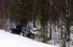 En av många avkörningar i Härjedalen i helgen. Den här bilen åkte av vägen mellan Vemhån och Sveg.
