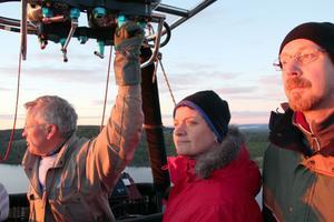 Per Karlsson, Kristina Englund och kapten Lars Ekstedt i morgonsolen ovanför Harsa.