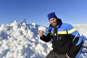 Mattias Franzén på Idre Fjäll med sparad snö som nu kommer till användning.