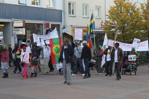 Demonstrationen närmar sig Orrtorget. I förgrunden Bekele Jirata Raba.