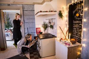 Väggarna i köket är stänkmålade. Den del av väggen som tidigare var en dörröppning har målats med griffelfärg. Där har Maria och Anna skrivit upp ett recept på pepparkaksdeg.