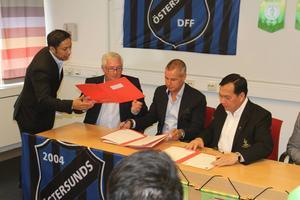 Det formella avtalet skrevs under på ett hotell i Östersund under onsdagen. Från vänster ser vi Chay Kayankarn (tolk och samordnare från Östersunds kommun), Bo Rosenau och Hans-Olof Johansson, Östersunds DFF samt en representant från Bangkok.