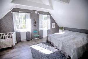 Sovrummet har högt i tak med spottar i takbjälkarna. Stolen är ett loppisfynd som Jessica älskar.