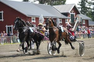 Här är det hårda tag om slutsegern i V4-travets andra avdelning. Innerspårets K. A Priol, Carl-Ivar Larsson, drar till sist längsta strået gentemot ytterspårets K. A. Vat, Leif Svensson. Båda hästarna gjorde ypperliga insatser.