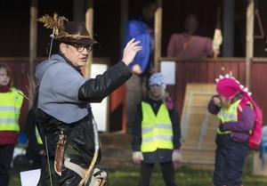 Ger order. Ebbe Hagström som Robin Hood ger de församlade scouterna instruktion hur allt ska gå till.