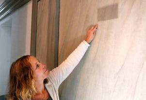 Eva Körberg har sparat en fläck på väggen, för att visa hur smutsig den var innan renoveringen började.