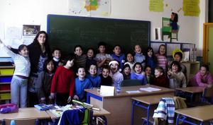 Vinnaren Rocio Gonella i tomteluva var en av många spanska skolelever som skickade förslag på hur draken kunde målas.