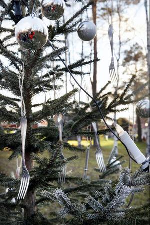 Silverglänsande bestick och silverkulor är det i kockläraren Örjan Benjaminssons silverspraytonade gran